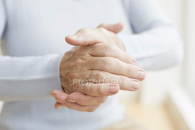 Senior woman wrinkled hands, close-up. — Stock Photo