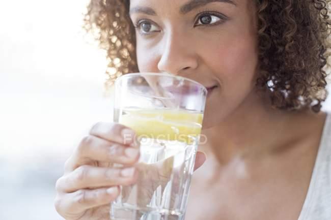 Mulher água potável — Fotografia de Stock
