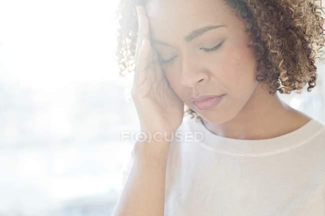 Женщина, страдающая от головной боли — стоковое фото