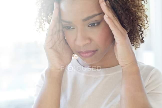 Mujer con dolor de cabeza - foto de stock