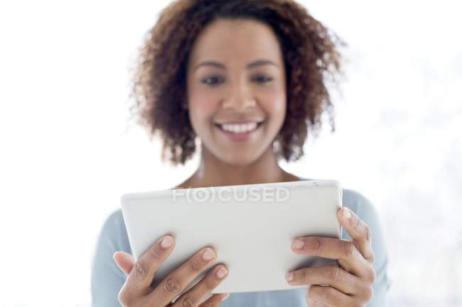 Donna che utilizza tablet digitale a casa — Foto stock
