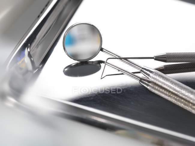 Dental odontoscope and probe on surgery tray. — Stock Photo