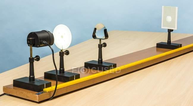 Dispositivo educativo para experimentos ópticos - foto de stock