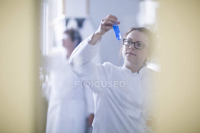 Female scientists working in laboratory. — Stock Photo