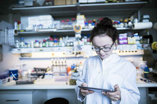 Female scientist working in laboratory with digital tablet. — Stock Photo