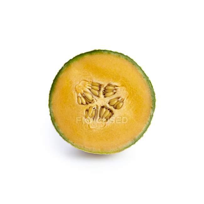 Metade de melão cantalupo em fundo branco. — Fotografia de Stock