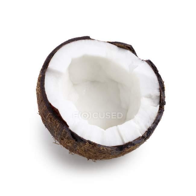 Половину кокосового на білому тлі. — стокове фото