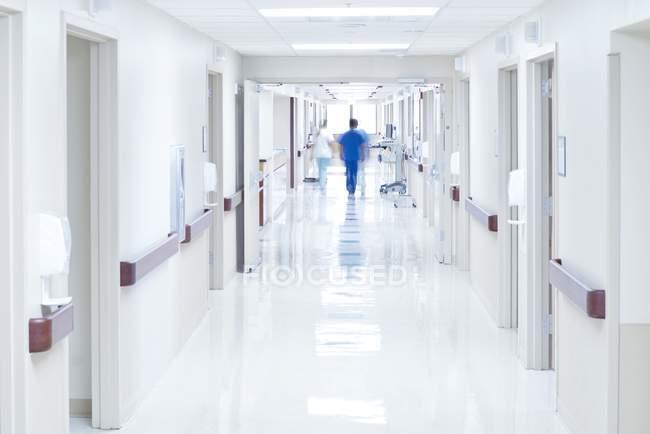 Врачи, идущие по коридору больницы . — стоковое фото