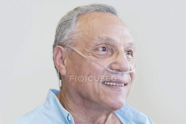 Männlicher Patient mit Nasenkanüle, Portrait. — Stockfoto