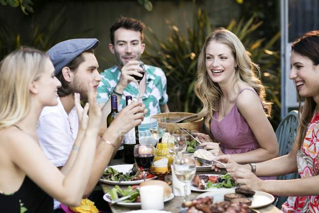 Group of friends eating lunch outdoors. — Stock Photo