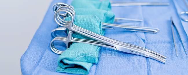 Attrezzatura chirurgica su vassoio, primo piano . — Foto stock