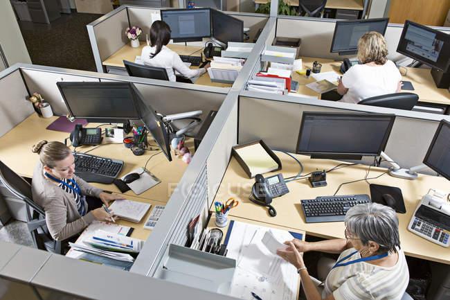 Trabajadores de centro de servicio al cliente de la planta de energía. - foto de stock