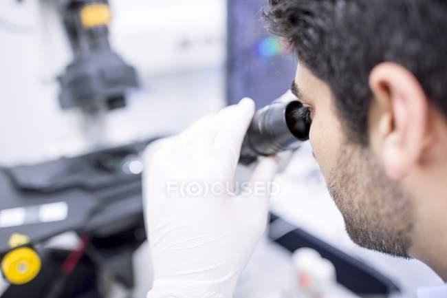 Cientista masculino usando microscópio, close-up . — Fotografia de Stock