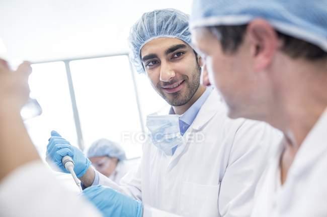 Männliche Wissenschaftler in Schutzkleidung arbeiten im Labor. — Stockfoto
