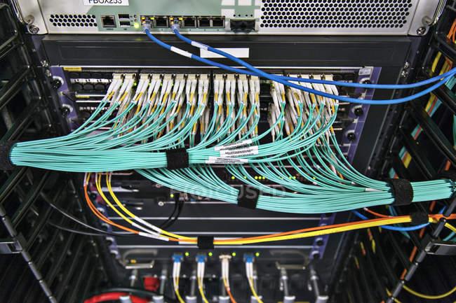 Cablaggio strutturato in rack di comunicazione . — Foto stock
