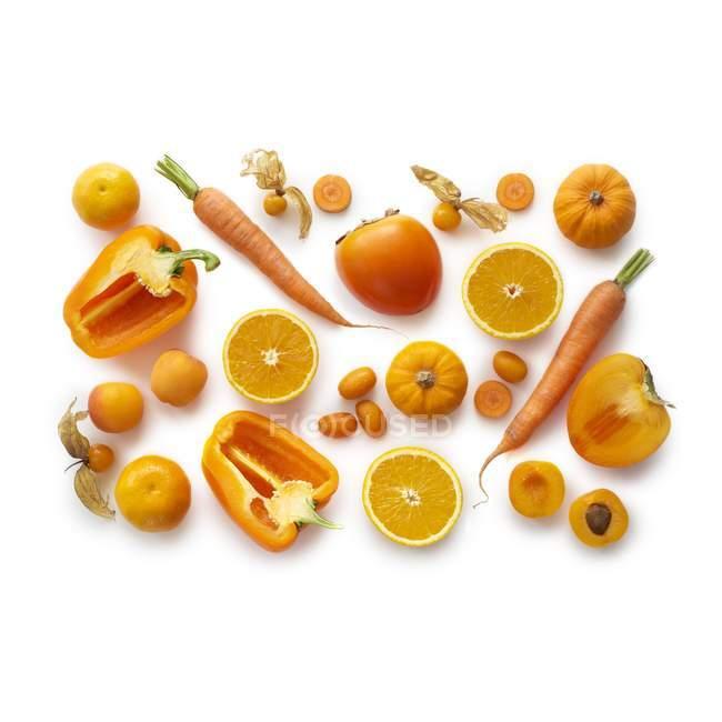 Frisches orangefarbenes Obst und Gemüse auf weißem Hintergrund. — Stockfoto