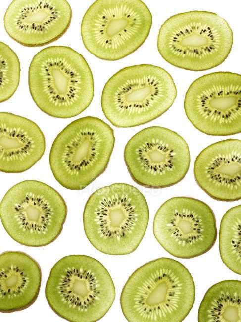Tranches de kiwi sur fond blanc . — Photo de stock