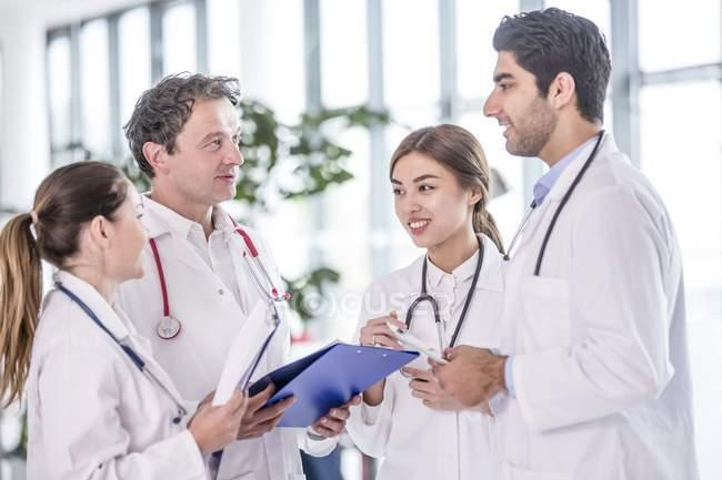 Медицинские коллеги, стоя с клип доски. — стоковое фото