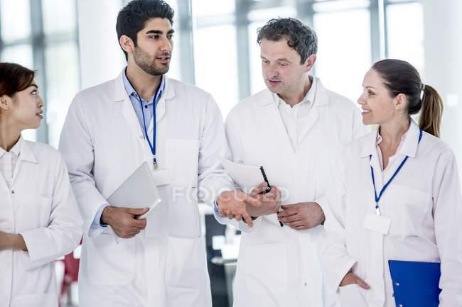 Медицинские коллеги говорят в здание больницы. — стоковое фото