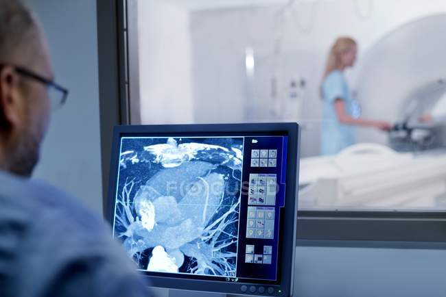 Doctor looking at MRI scan on monitor. — Stock Photo
