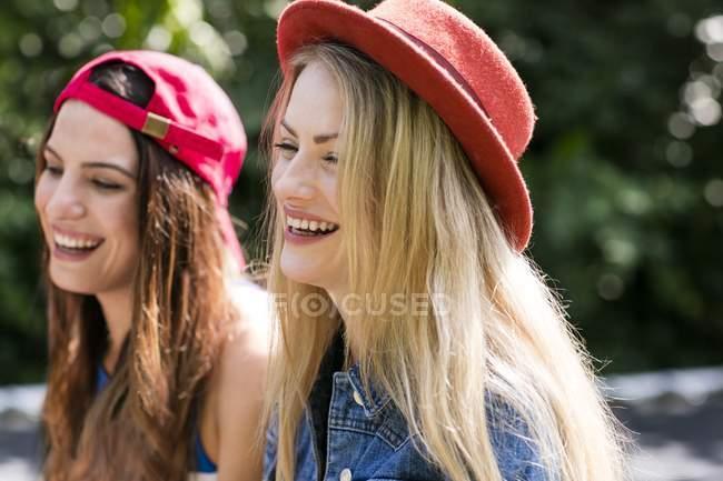 Les jeunes femmes rient à l'extérieur . — Photo de stock