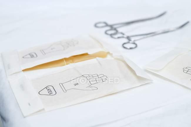 Перчатки хирургические в пакетах, макро. — стоковое фото