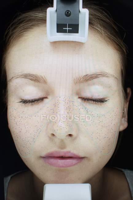 Лицо женщины, проходящей обследование в клинике кожи . — стоковое фото