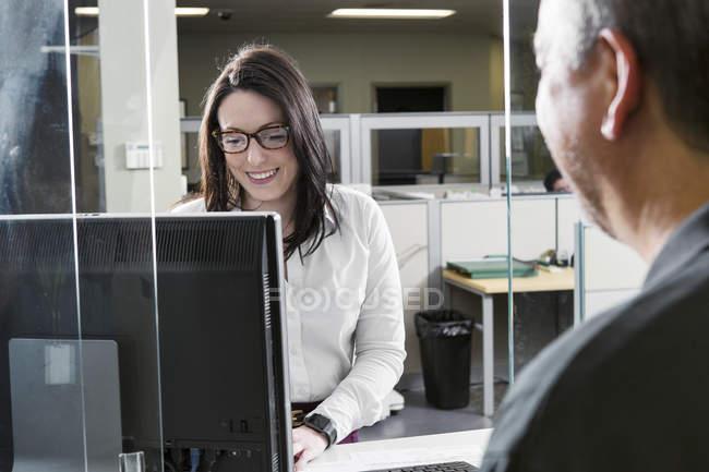Mujer ejecutiva trabajando en centro de servicio al cliente de la planta eléctrica. - foto de stock