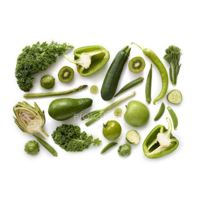Productos verdes frescos sobre fondo blanco . - foto de stock
