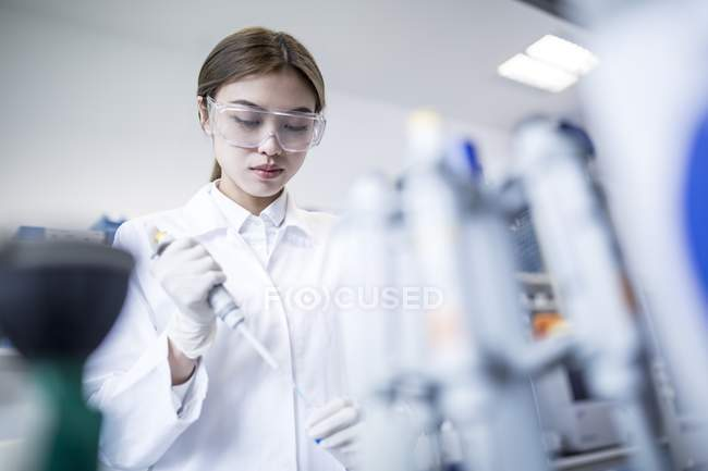 Female scientist working in laboratory. — Stock Photo