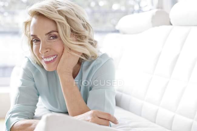 Mujer madura sonriendo y mirando en la cámara . - foto de stock