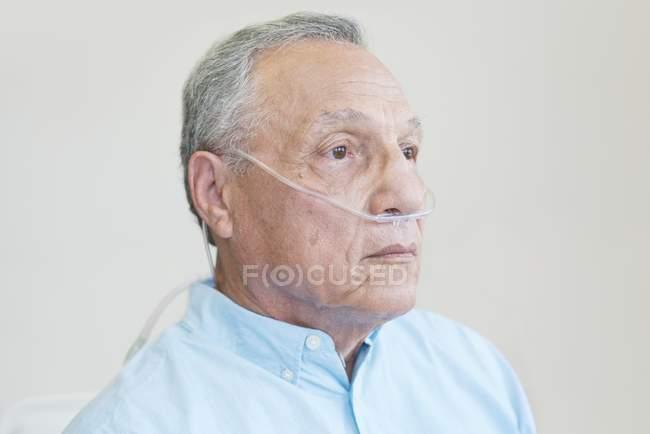 Paciente do sexo masculino com cânula nasal, retrato . — Fotografia de Stock
