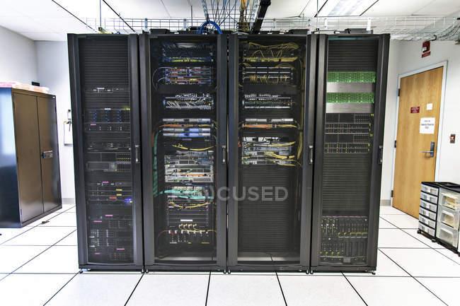 Rastrelliere di apparecchiature di rete nella sala comunicazioni . — Foto stock