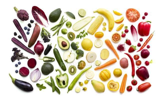Frutas y verduras frescas en patrón multicolor sobre fondo blanco . - foto de stock