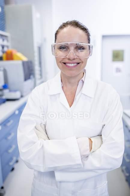 Женщина лаборантка в защитных очках . — стоковое фото