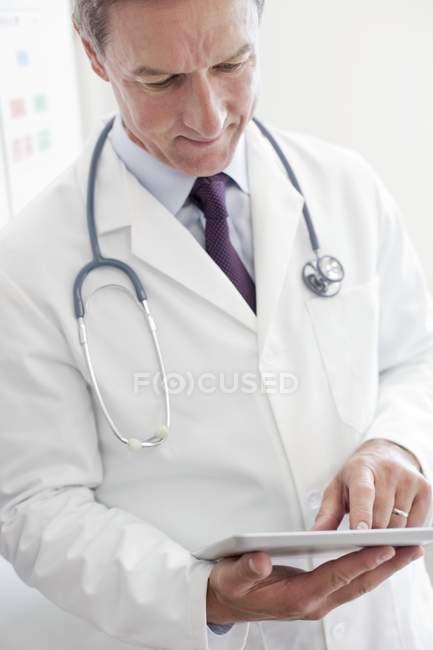 Самець лікар використовує цифровий планшетний. — стокове фото