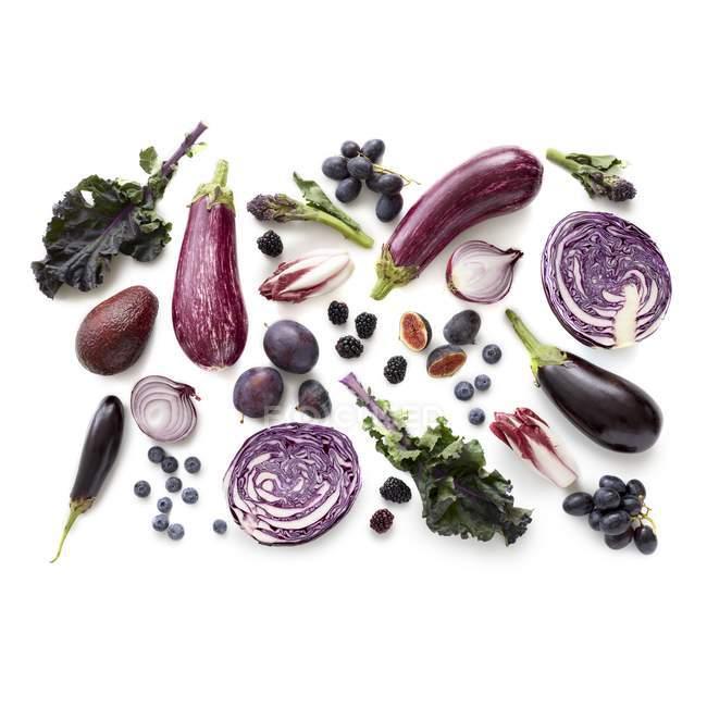 Producto púrpura fresco sobre fondo blanco . - foto de stock