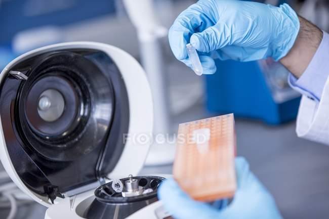 Primo piano di mano in guanto utilizzando attrezzature in laboratorio . — Foto stock