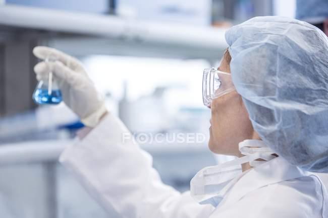 Cientista feminina segurando frasco químico . — Fotografia de Stock
