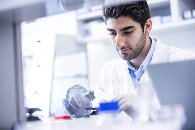 Чоловічий лаборант, використовуючи міні центрифуга. — стокове фото