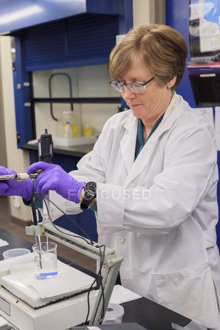 Female technician preparing pH probe. — Stock Photo
