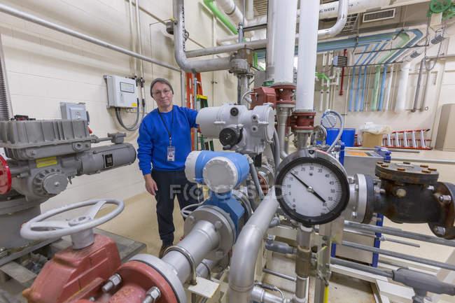 Wasseraufbereitungsingenieur inspiziert Anlagen im Werk . — Stockfoto