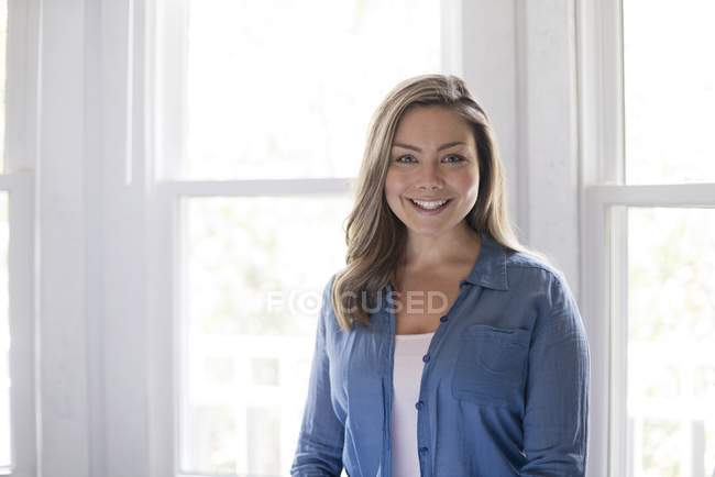 Portrait of smiling woman looking in camera. — Stock Photo