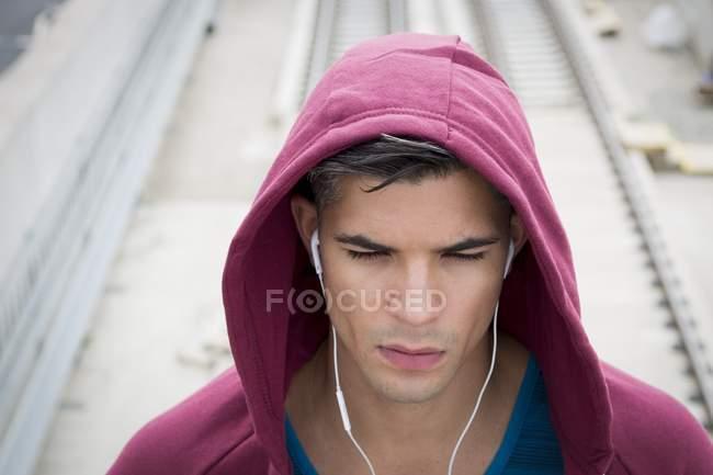 Mann im Kopfhörer und Hoodie, Porträt — Stockfoto