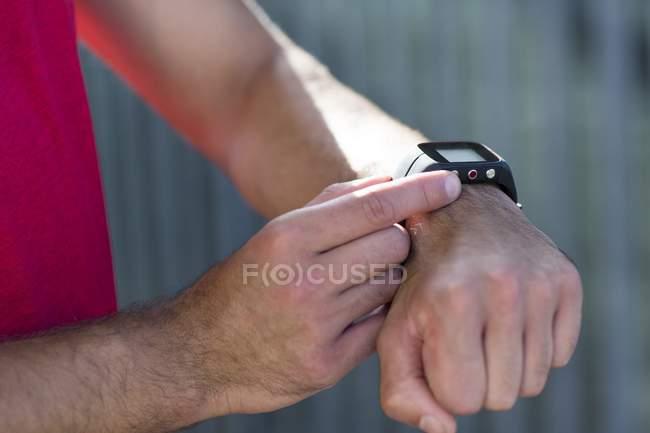 Мыжского спортсмена, проверка спортивные часы, макро. — стоковое фото