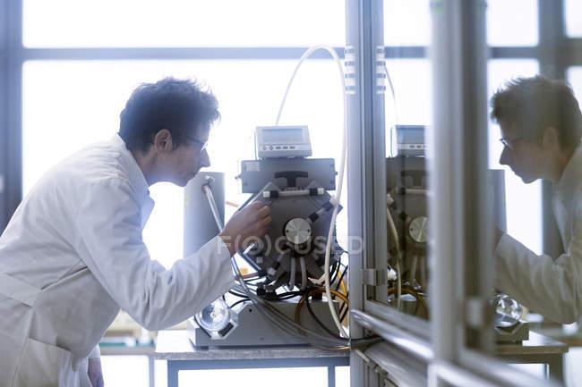 Chemist setting up vacuum pump in pharmaceutical laboratory. — Stock Photo