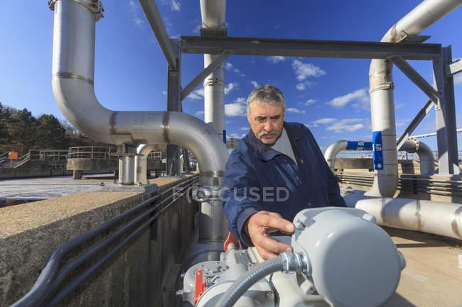 Інженер, вивчаючи датчик зчитування. — стокове фото