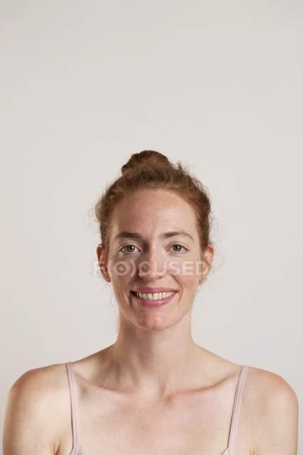 Rothaarige Frau lächelnd und suchen in der Kamera, Studioaufnahme — Stockfoto