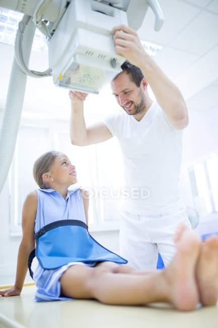 Arzt Vorbereitung Röntgengerät Für Mädchen Im Krankenhaus