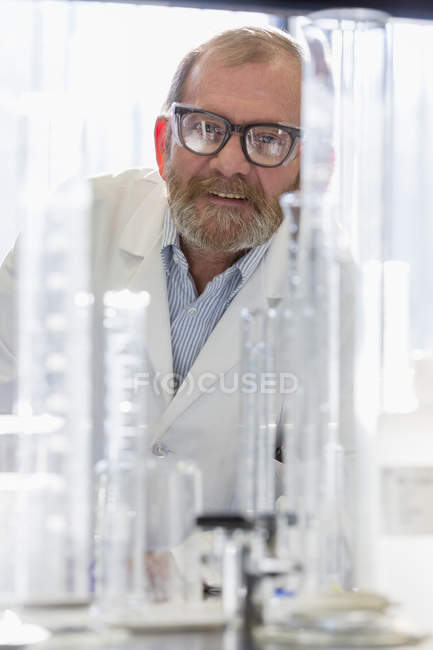 Homme chimiste en laboratoire regardant à la caméra . — Photo de stock